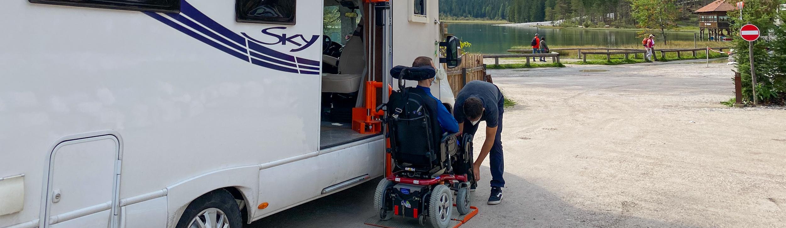 Viaje en autocaravana adaptada para personas con discapacidad en silla de ruedas