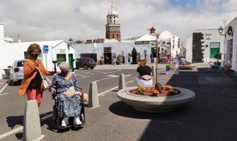 Viajeras en Lanzarote en silla de ruedas