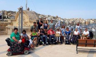 Turismo accesible en Malta de un grupo en silla de ruedas