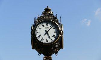 Imagen de un reloj antiguo de forja sobre el fondo de un cielo azul.